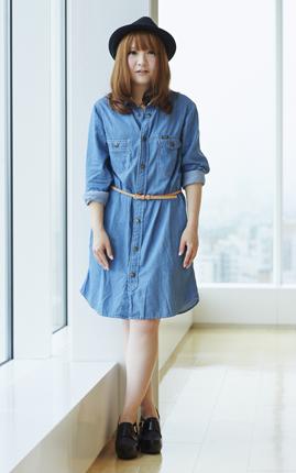このワンピースは、デニムブランド「Lee」と「AG by aquagirl」のコラボアイテム。デニム素材ながらも、軽くソフトな肌触りなので、夏でも心地よく着られる一着です。